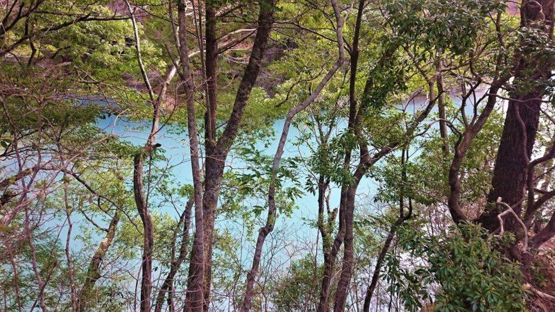 チンダル現象で青く見える湖面