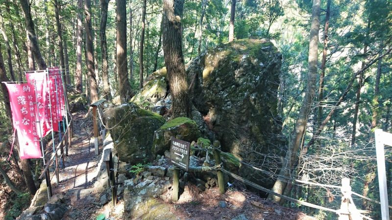 外森神社の落ちない大石
