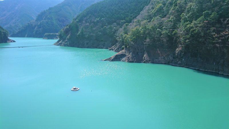 長島ダムの綺麗な湖面