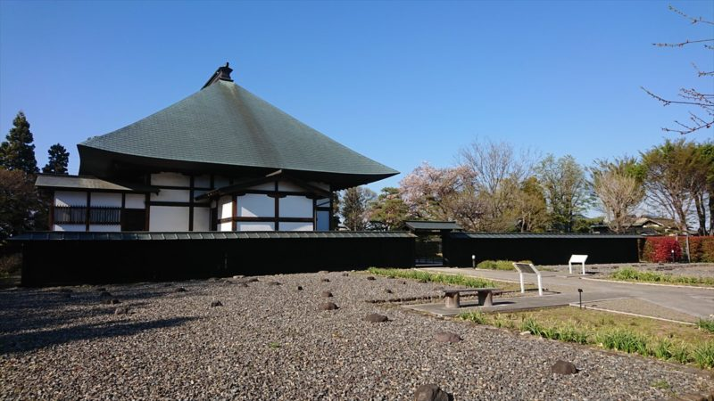 満徳寺の跡地と復元された本堂