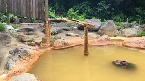 山形の【広河原温泉】は目の前で間欠泉が吹く秘湯の露天風呂