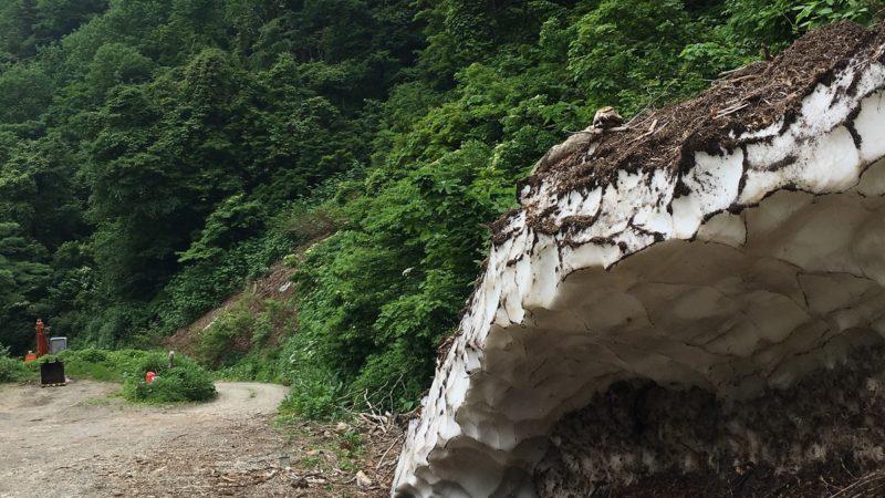 夏でも雪が残る広河原温泉