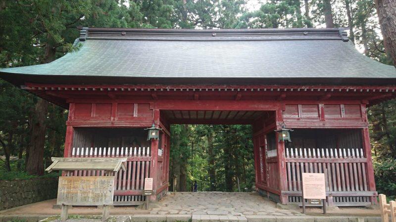 羽黒山参詣道の入り口「随神門」