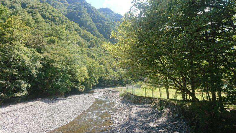 キャンプ場のすぐそばを流れる中津川が綺麗!
