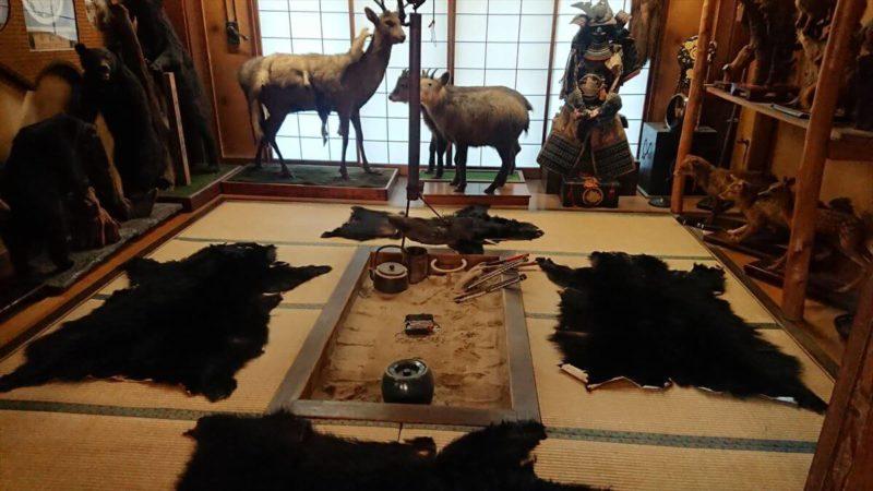 加仁湯に着いてみたら熊の毛皮がたくさん