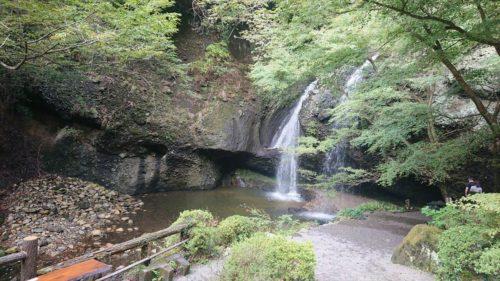 滝の裏側に入れる「月待の滝」は茨城のパワースポット